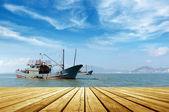 Morze i łodzie rybackie — Zdjęcie stockowe