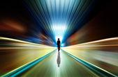 Sagoma in un tunnel della metropolitana. luce alla fine del tunnel — Foto Stock