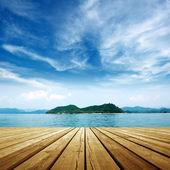 在海旁边的平台 — 图库照片