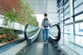 человек на эскалаторе — Стоковое фото