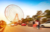 Ferris wheel and the crowd — Stock Photo