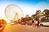 Ferris wheel and the crowd — Stockfoto
