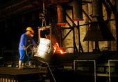 And workers in metal casting processes — Foto Stock