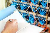 Servidores del centro de datos y cable de fibra óptica — Foto de Stock