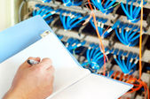 Servidores do centro de dados e cabo de fibra óptica — Foto Stock