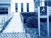 Tekerlekli sandalye rampası kullanma — Stok fotoğraf