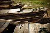 Piccole barche da pesca ancorate lungo il fiume — Foto Stock