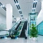 Hall e escadas rolantes — Foto Stock