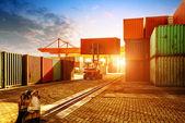La terminal de contenedores al atardecer — Foto de Stock