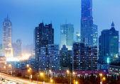 Steden van wolkenkrabbers in de nacht — Stockfoto