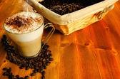 Cappuccino con caffè in grani — Foto Stock