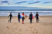 Surfer am strand von somo (spanien) — Stockfoto
