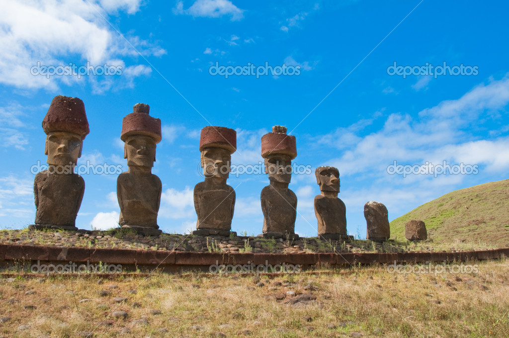 Moais in Anakena beach, Easter island, Chile — Stock Photo #12570829