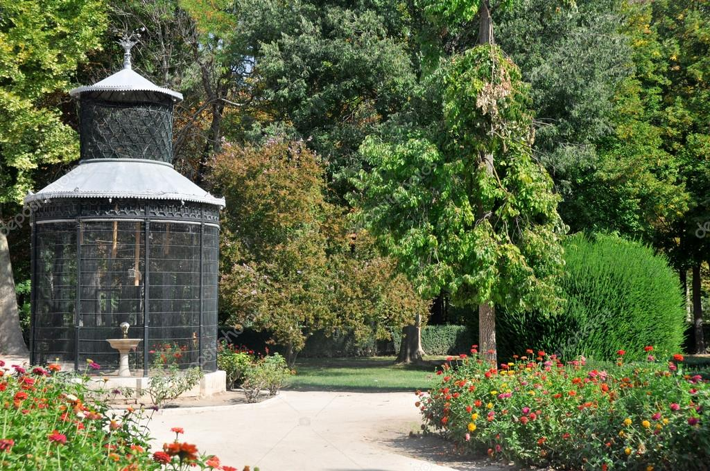 Aviary at Island garden, Aranjuez (Madrid) — Stock Photo #14167725