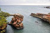 Arco de piedra caliza en cabo rojo, puerto rico — Foto de Stock