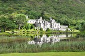 Kylemore Abbey in Connemara mountains, Ireland — Stok fotoğraf