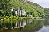Kylemore abbey em montanhas de connemara, irlanda — Foto Stock