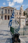Statue of Andreas Miaoulis and Ermoupolis Town Hall (Greece) — Stock Photo