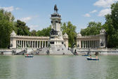 People enjoy a sunny day in Retiro Park on April 30, 2014 in Madrid, Spain — Stock Photo