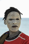Unidentified Makua woman, with traditional white face mask, welcomes a group of tourists, August 27, 2009 in Pangane, Mozambique. — Foto de Stock