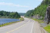 Transcanada karayolu üstün göl kıyısı boyunca — Stok fotoğraf