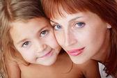 美しい赤毛の母親とかわいい娘のクローズ アップの肖像画 — ストック写真