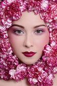 Dziewczyna w kwiaty — Zdjęcie stockowe