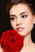 Девушка с красной розы — Стоковое фото