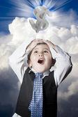 Kind gekleidet wie geschäftsmann mit den händen auf dem kopf und dollar sig — Stockfoto