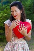 Atraktivní šťastný usměvavá brunetka žena objímání jednu červenou valentin — Stock fotografie