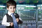 ребенок, одетый бизнесмен с смешное лицо. фондовый рынок — Стоковое фото