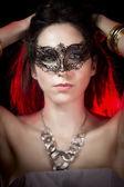 性感的女人在红方光,威尼斯面具的特写肖像 — 图库照片