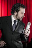 Singen mann mit mikrofon — Stockfoto