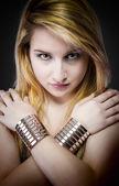 Hermosa joven rubia con las pulseras de la joyería y plata — Foto de Stock