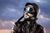 Havacı gözlük ve vintage şapka ile gurur ifadesi ile — Stok fotoğraf