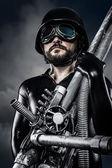 Homem do futuro com espingarda de canhão laser enorme — Foto Stock