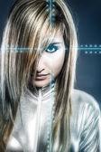 понятие коммуникации, молодая блондинка с серебряной латекс комбинезон — Стоковое фото