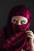 Las mujeres árabes con el tradicional velo rojo, ojos bea intensa, mística — Foto de Stock