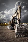 Recycling-Kran, Industriegebiet über bewölkt Raum — Stockfoto
