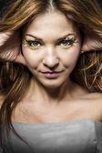Piękna kobieta z ogromnym rzęsy, blondynka, patrząc na kamery — Zdjęcie stockowe