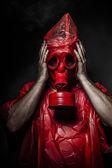 Askeri kavram, adam kırmızı gaz maskesi. — Stok fotoğraf