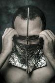 öfke, korku ve terör, çıplak bir adam karşısında donanımıyla kavramı — Stok fotoğraf