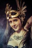 Donna guerriero con maschera d'oro — Foto Stock