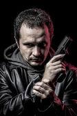 Dief, gewapende man met zwart lederen jas, gevaarlijke — Stockfoto