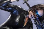 Donna vestita in lattice nero — Foto Stock