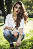Young woman in park — Stockfoto