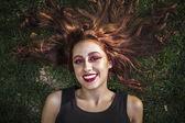 Meisje liggend op een gras — Stockfoto