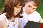 子供の本を読んで — ストック写真