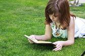 Kız bir kitap okuma — Stok fotoğraf