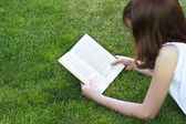 Girl reading a book outdoor — Stock Photo